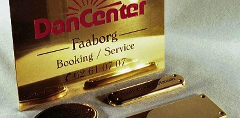 Messingskilte - skilte i messing, plast m.v. til dørskilte med logo og tekst i Odense